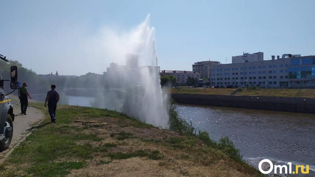 В Омске на День города на берегу реки забил подземный фонтан