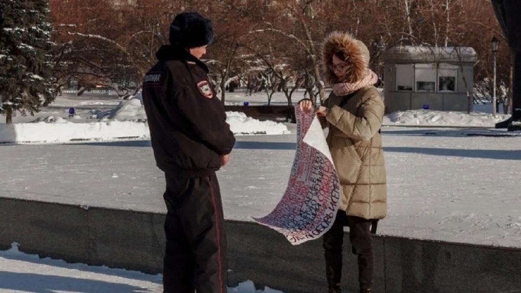 После жестокого убийства беременной девушки в Новосибирске прошли одиночные пикеты