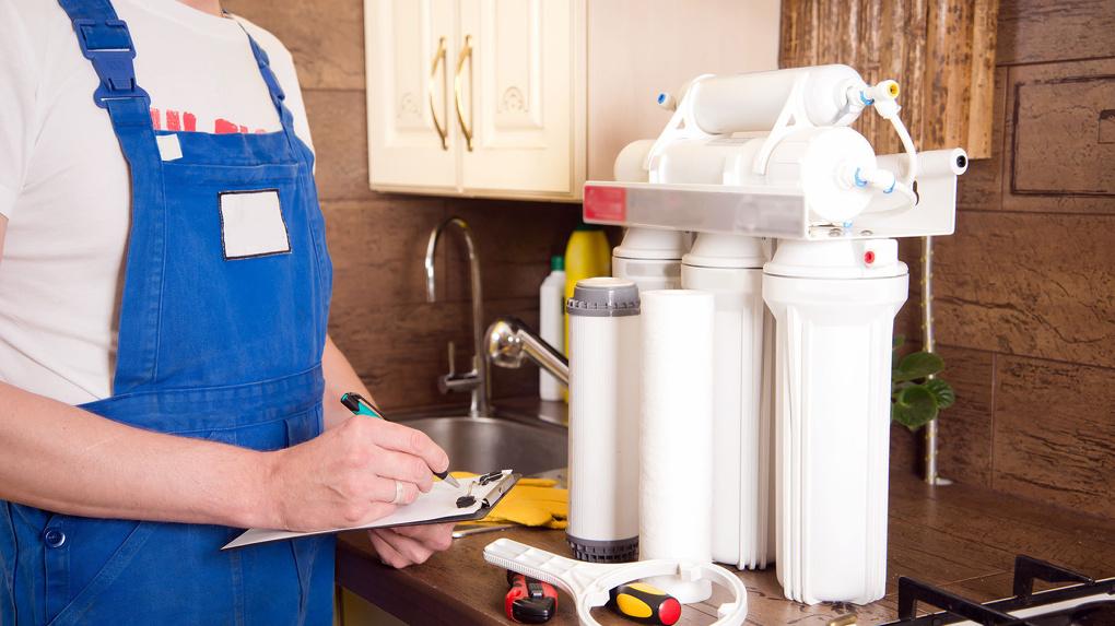 Омским пенсионерам навязывают дорогие фильтры для очистки воды