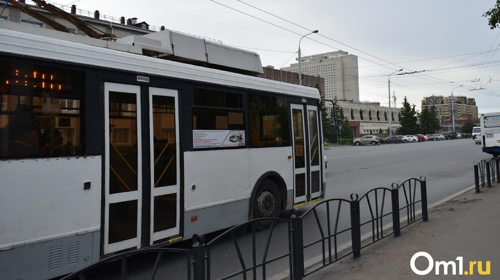Омичам рассказали, когда троллейбусы, следующие в депо, снова начнут останавливаться на Водниках