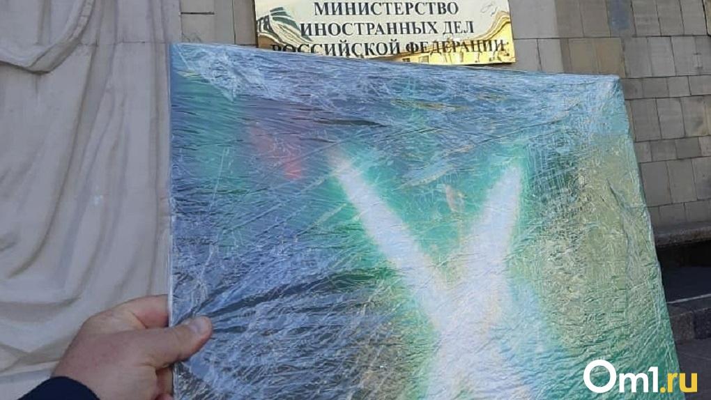 Ситуация накаляется: новосибирский художник подарил МИДу России руническую картину для выхода из кризиса