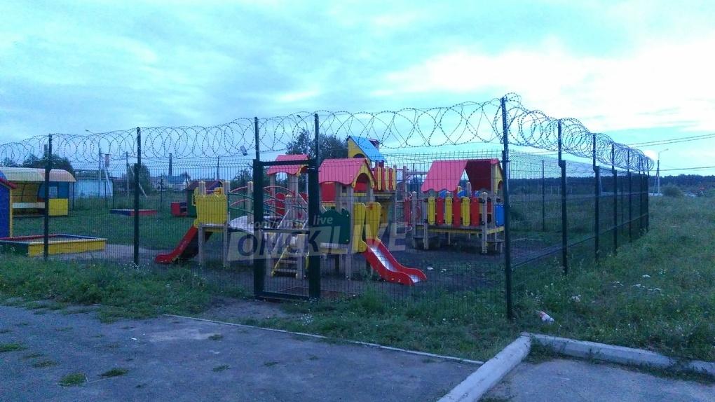 В Омске появилась детская площадка «строгого режима»