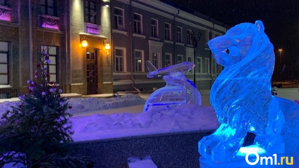 В Омске ледяному самолетику на Музейной сломали крыло