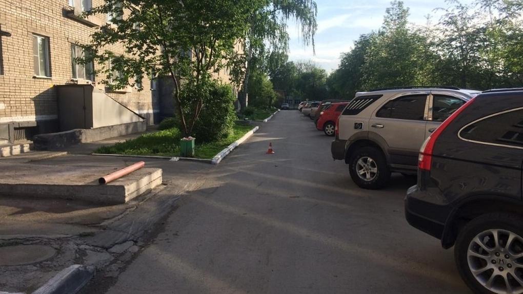 «Травмы рук и ног»: в Новосибирске неизвестный водитель сбил пожилую женщину и скрылся