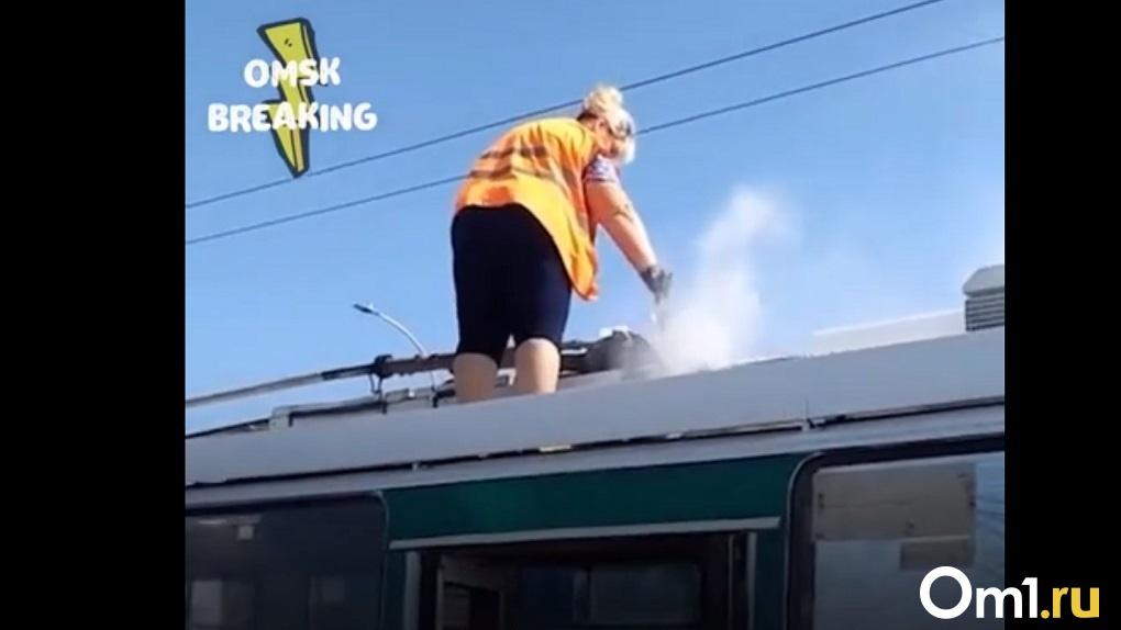 «Видали: водичкой тушим». В Омске прямо на ходу загорелся троллейбус
