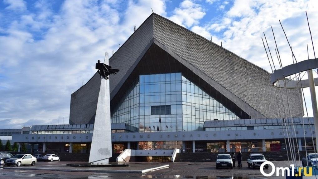 Чинить крышу аварийного СКК в Омске местная компания будет в снег