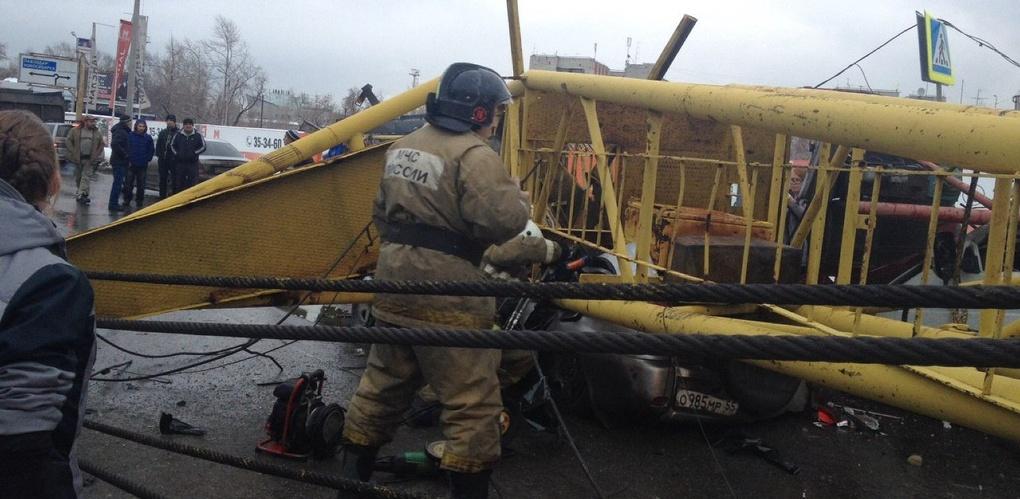 «RAV4 сложился, как бумага»: очевидцы о трагедии с краном в Омске