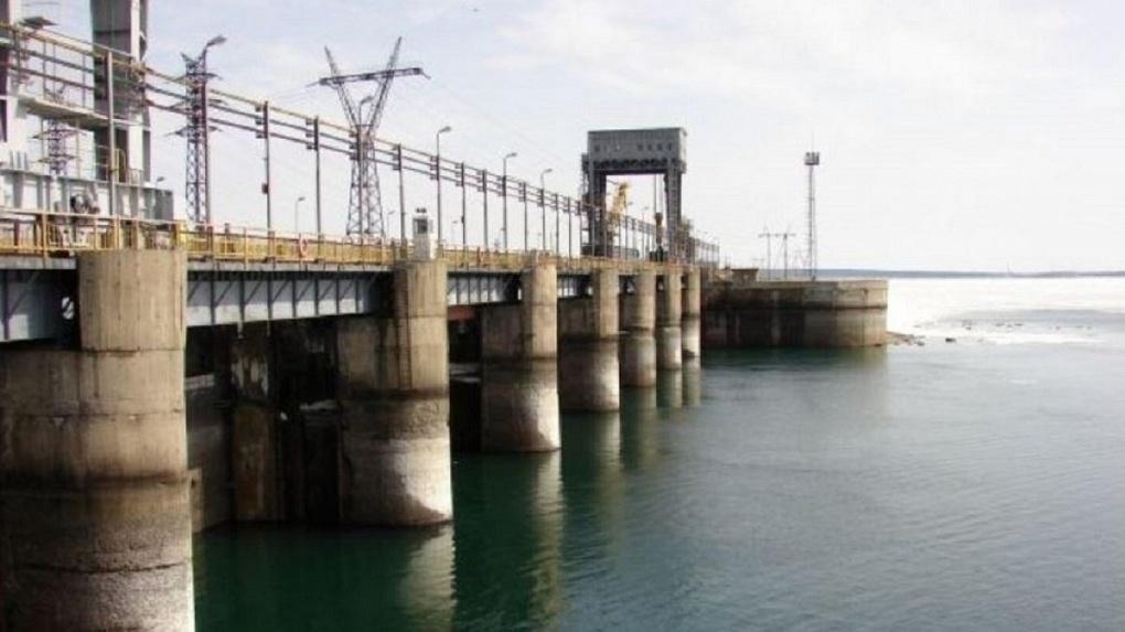 Смертельное селфи: пара сорвалась с дамбы новосибирской ГЭС, мужчина пропал