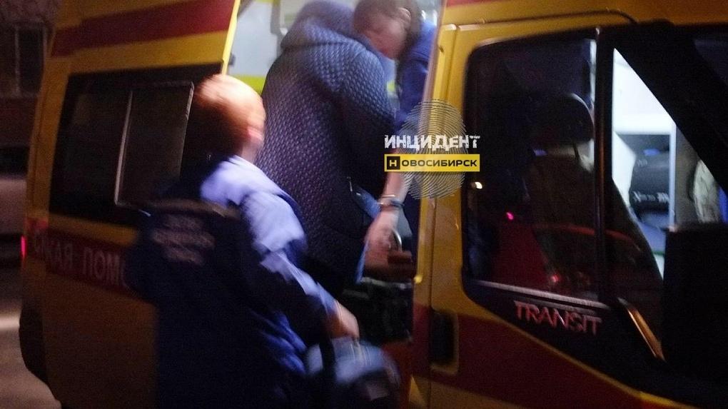 «Возле него был листок с именем Алина»: в Новосибирске мужчина выпал с четвёртого этажа