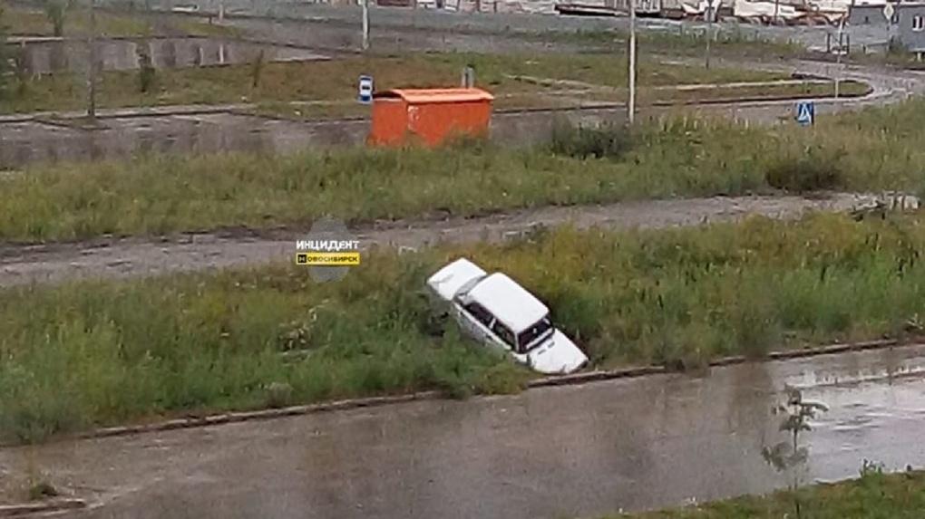 «Теперь его не достать»: новосибирцев рассмешил странно припаркованный автомобиль