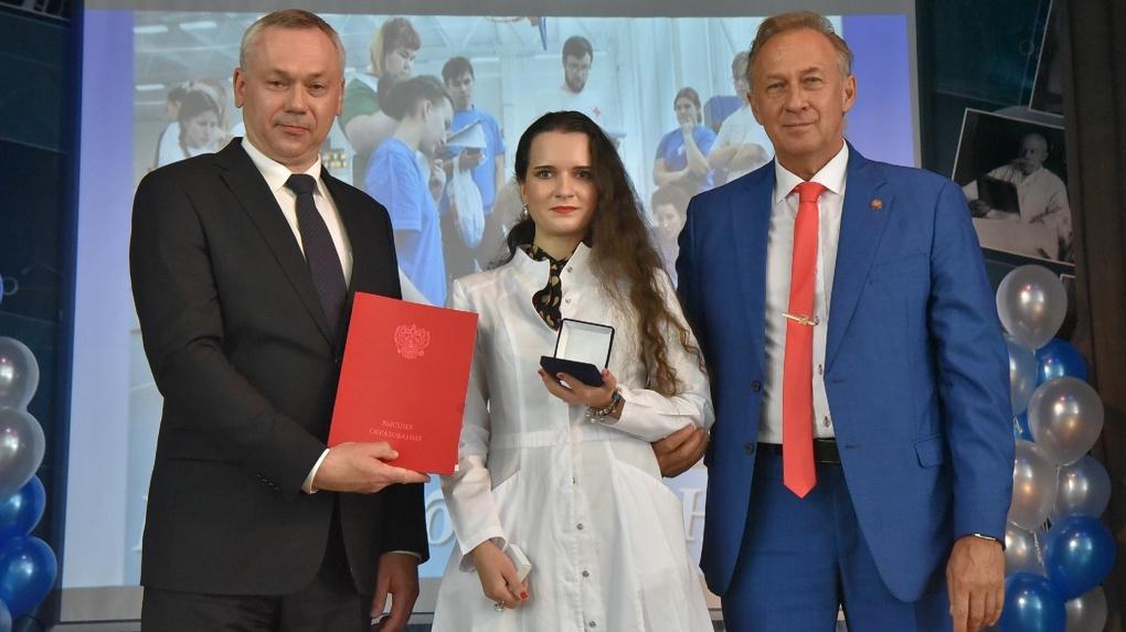 Губернатор Новосибирской области вручил дипломы выпускникам медуниверситета
