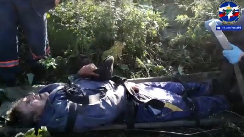 Обездвиженного грибника вынесли из леса новосибирские спасатели