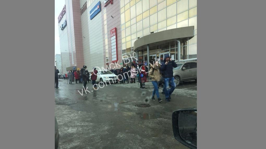 В Омске эвакуировали людей из ТЦ «Маяк Молл»
