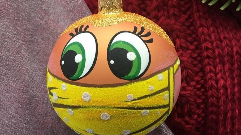 Фабрика ёлочных игрушек сделала шарики в масках, и россияне их сразу раскупили