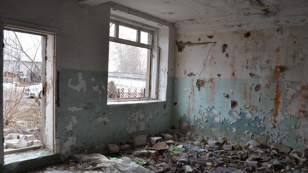 Бомжатник вместо ФАПа: жители новосибирского села остались без медицинской помощи