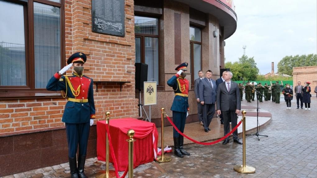 В День флага в Новосибирске открыли мемориальную доску войнам-сибирякам