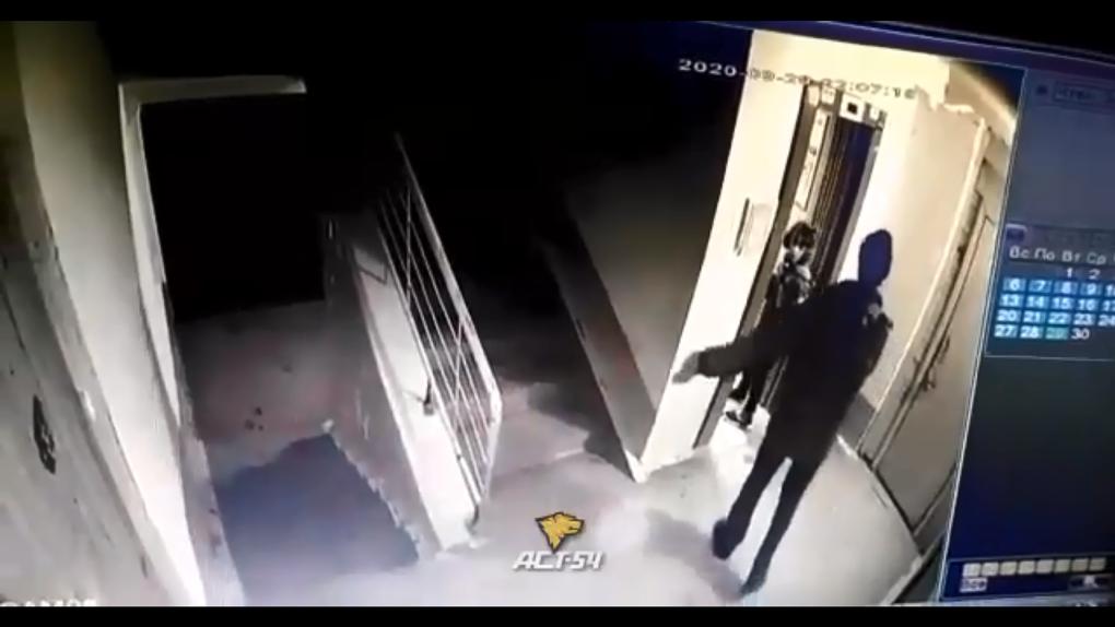 «Вовремя спугнули извращенца»: в Новосибирске мужчина приставал к девочке в лифте
