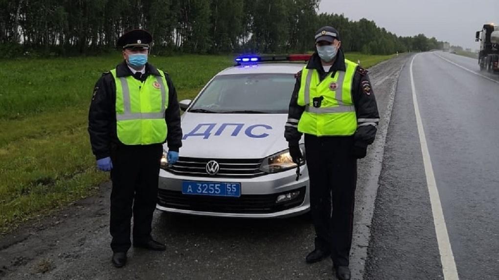 Омские полицейские помогли жителю южного региона вызвать эвакуатор