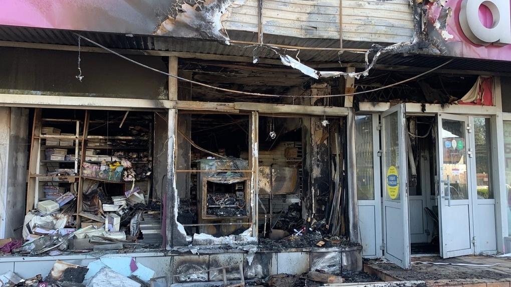 В Омске сгорел магазин обуви с банкоматом внутри