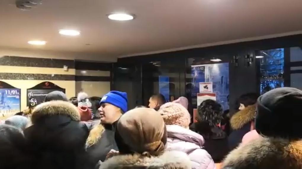 Разъяренные омичи вместе с детьми пытались взять штурмом новогодний утренник