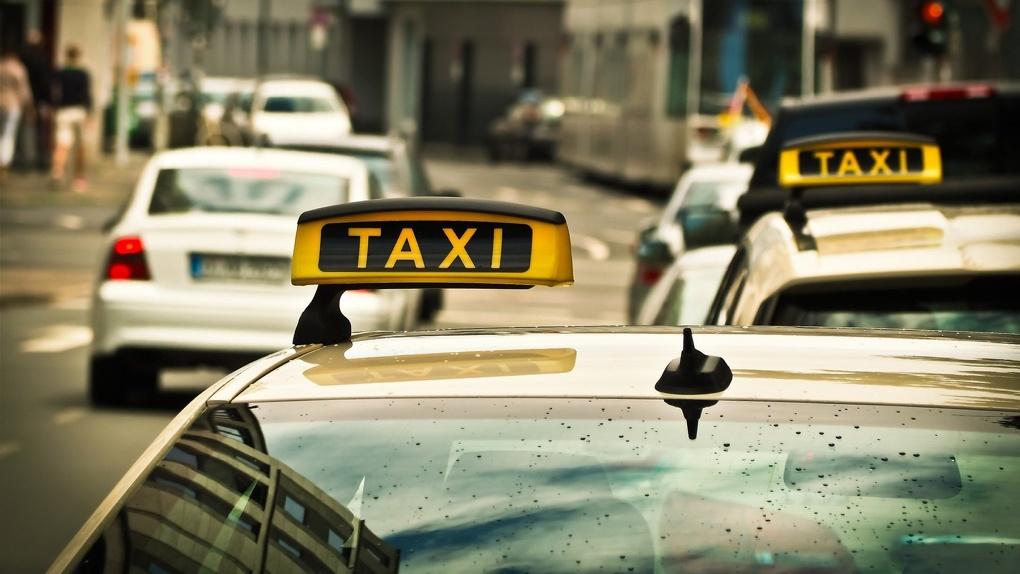 «До нас деньги не доходят»: новосибирские таксисты заявили, что у них отбирают чаевые