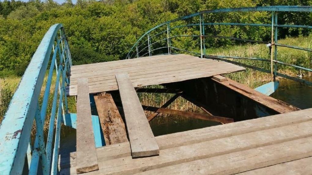 В Омске вандалы изуродовали пешеходный мостик в парке Победы