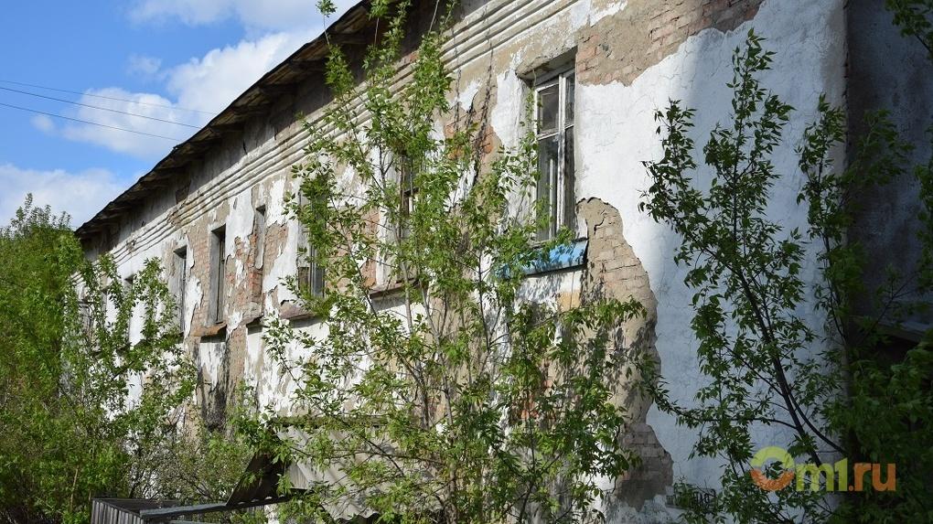 Туалет на улице, вода на колонке: как живут люди в двухэтажке в центре Омска