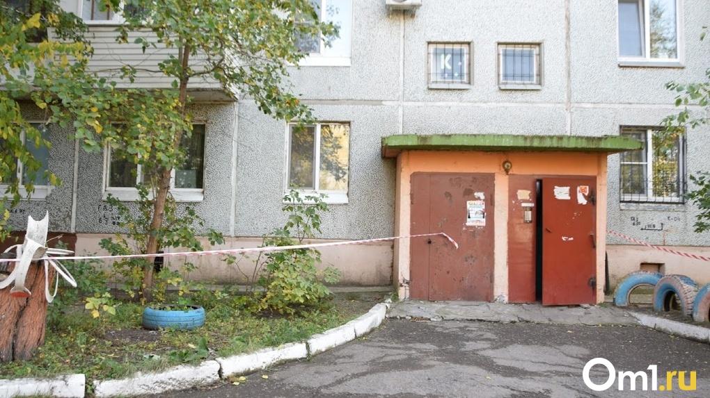 Оставила сиротой 6-летнюю дочь. В Омске под окнами многоэтажки нашли тело молодой женщины