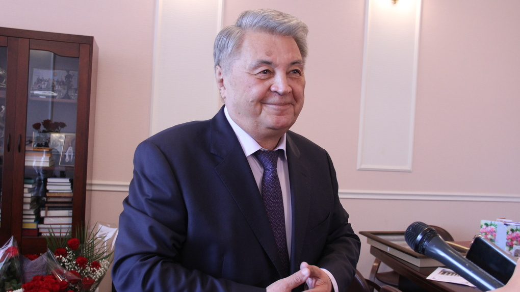 Мэр Омска Оксана Фадина поздравила с юбилеем Почетного гражданина города и доктора наук