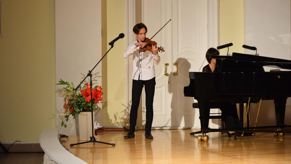 Юные омские художники и музыканты получили именные стипендии из рук мэра