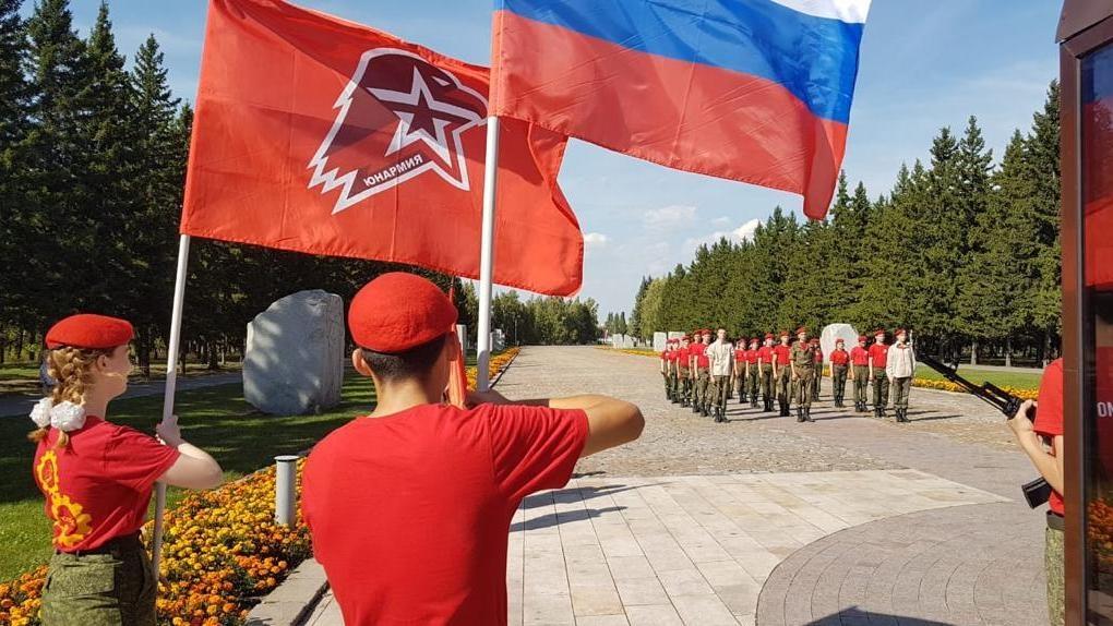 Участники омской юнармии возложили цветы к мемориалам Победы в честь окончания Второй мировой войны