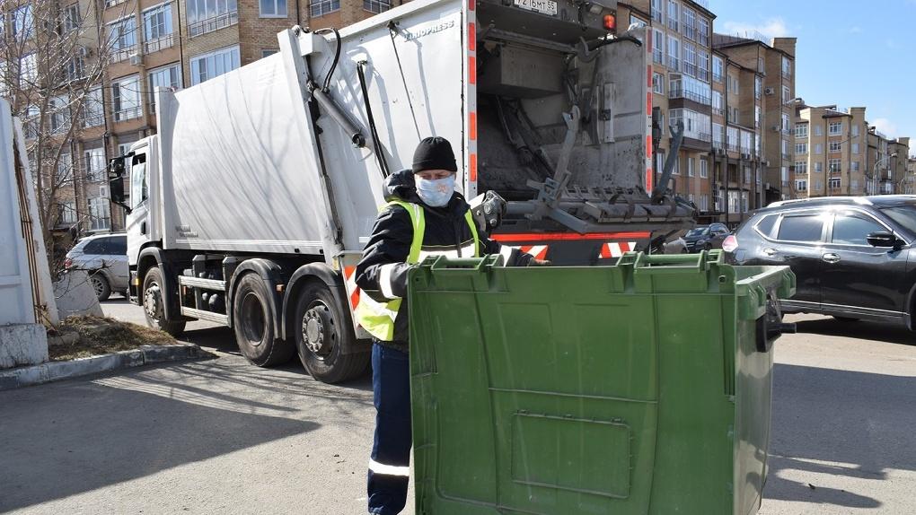 Регоператор предупреждает омский бизнес — долг за мусор с банковских карт спишут моментально