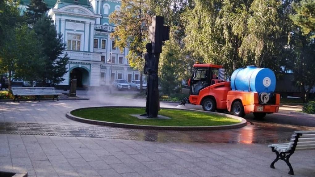 На омских улицах проводят влажную уборку