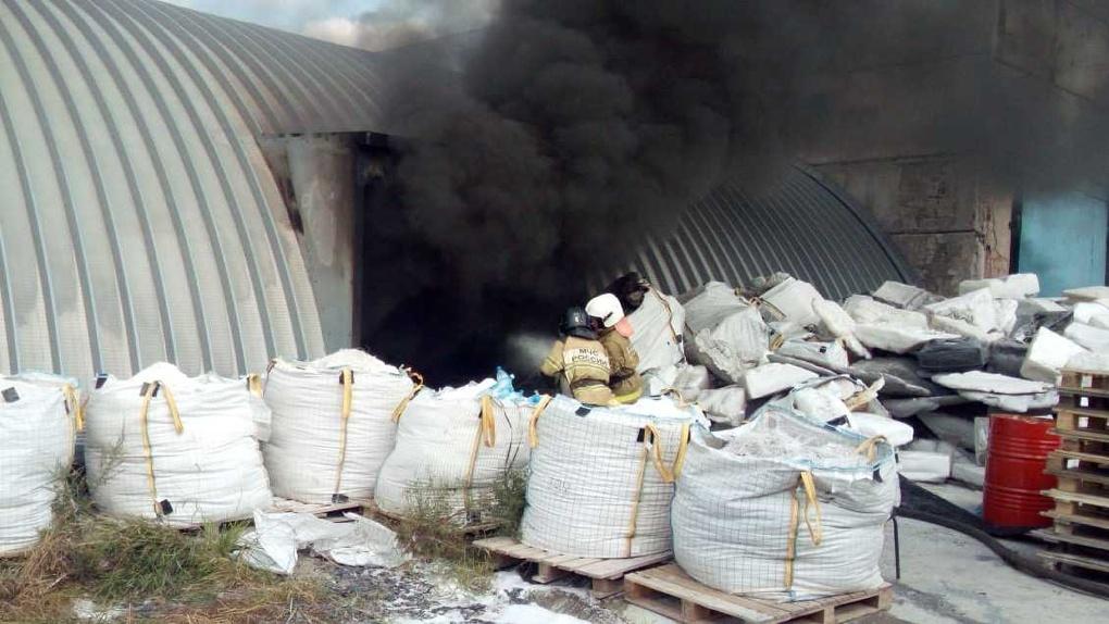 В омских Нефтяниках загорелся склад с полиэтиленом. Видео