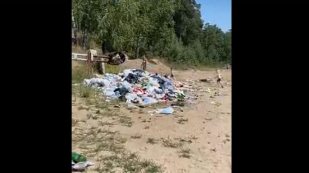В мэрии Новосибирска прокомментировали горы мусора на пляже Академгородка