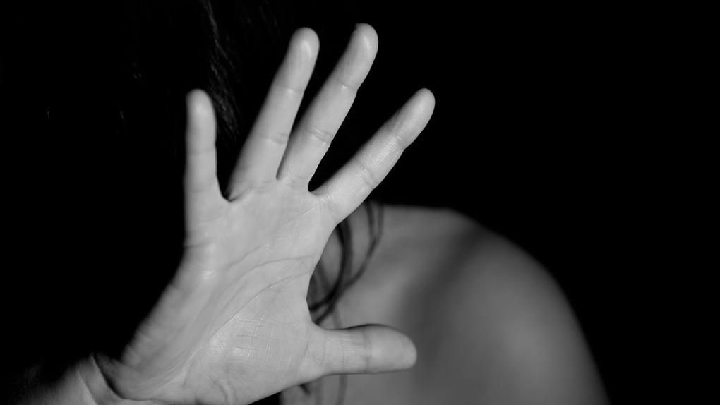 Омич на самоизоляции приревновал жену и избил ее битой