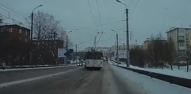 Омичи сняли видео с дрифтующим троллейбусом
