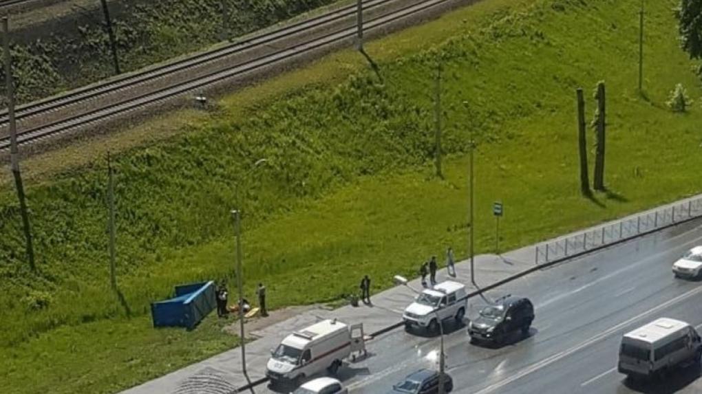 В Новосибирске возбудили дело после падения остановки на мужчину