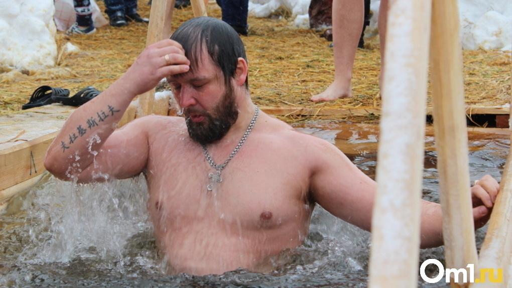 Врач-инфекционист рассказал, можно ли заразиться ковидом при крещенском купании