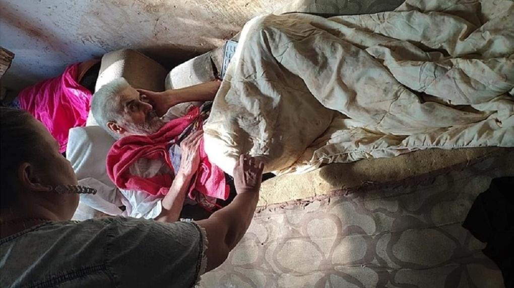 Парализованный пенсионер из Новосибирска заживо гниёт в собственной квартире