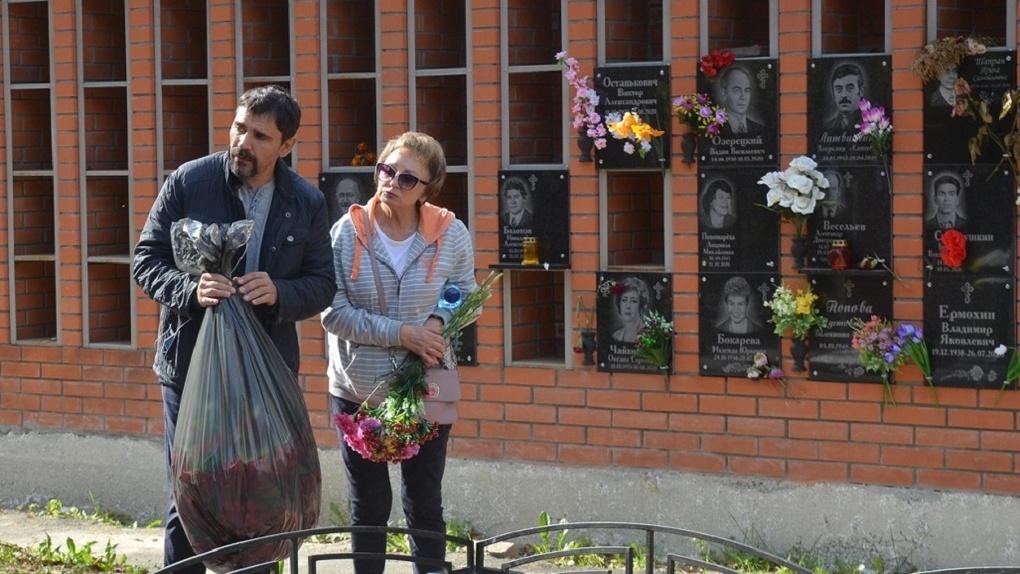 Актёры новосибирского театра «Красный факел» провели целый день на кладбище: показываем печальные фото