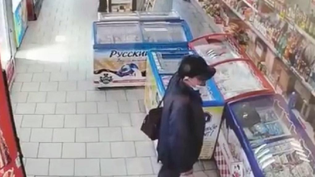 В Новосибирске ищут мужчину, который с ножом подходит к людям и требует отдать ему деньги