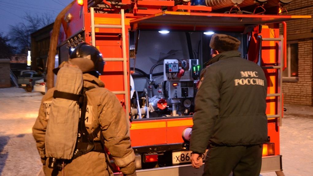 Новосибирские спасатели вытащили из огня женщину и ребенка