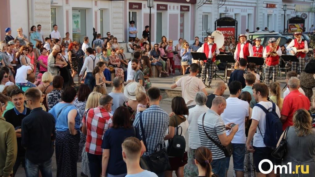 На фоне третьей волны COVID-19 омичи устроили массовое празднование на улице Ленина