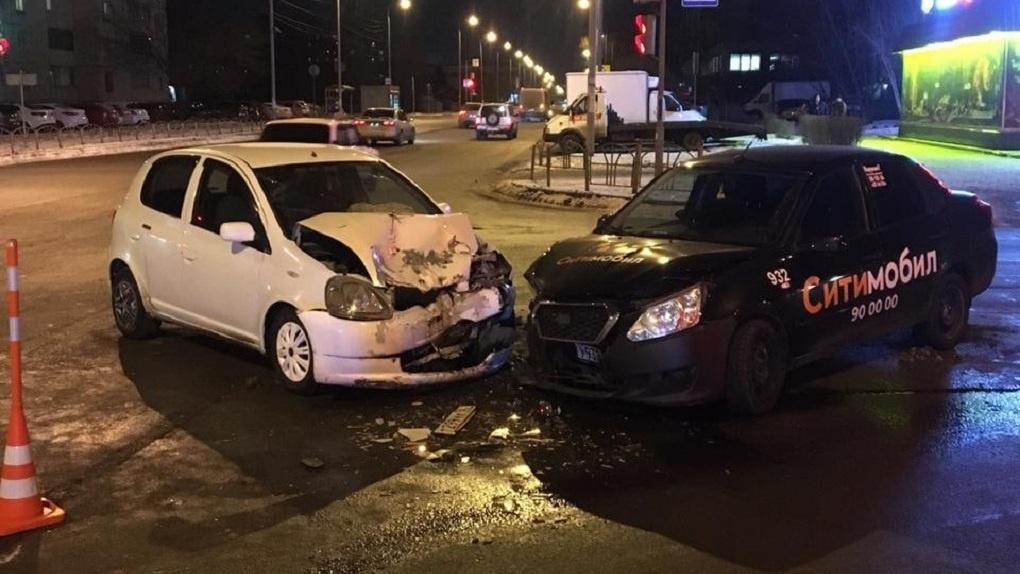 В Омске на 20-й Линии столкнулись две иномарки, пострадал пятилетний ребёнок