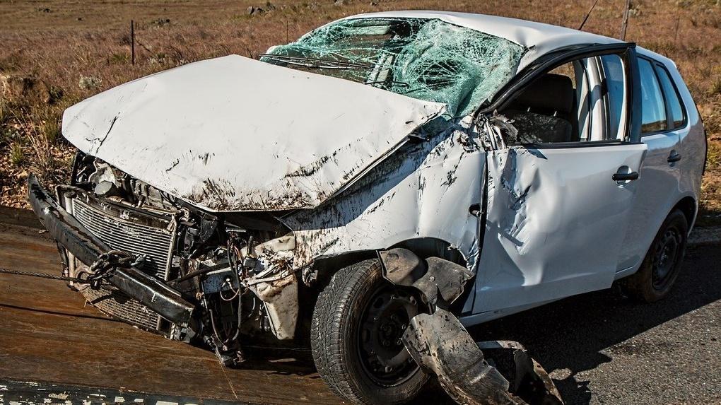 Заснул за рулём. В центре Омска 20-летний парень врезался на машине в столб