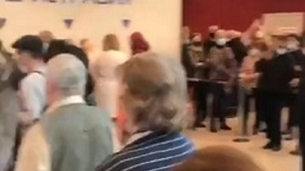 «100 человек в полчаса»: огромные очереди выстроились в пункт вакцинации от коронавируса в Новосибирске