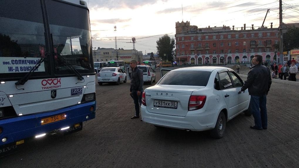 Дорожный хам угрожал автобусу пистолетом