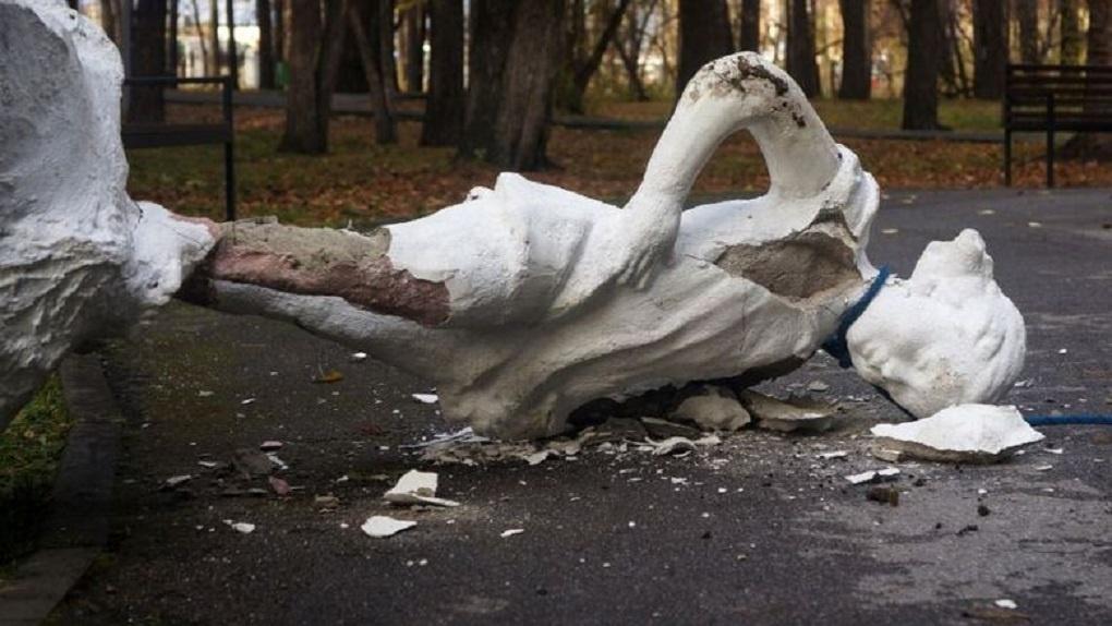 В парке Первомайского района Новосибирска вандалы разгромили памятник