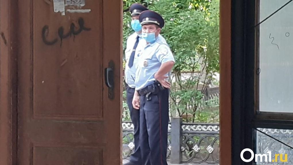 В Омске полицейские заблокировали общежитие с жильцами внутри